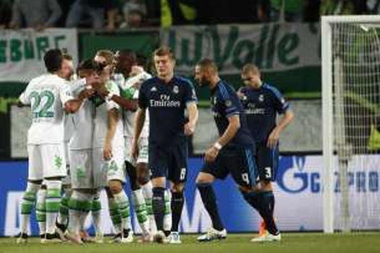 Para pemain Wolfsburg merayakan gol ke gawang Real Madrid dalam laga perempat final Liga Champions di Volkswagen Arena, Rabu (6/4/2016) waktu setempat.