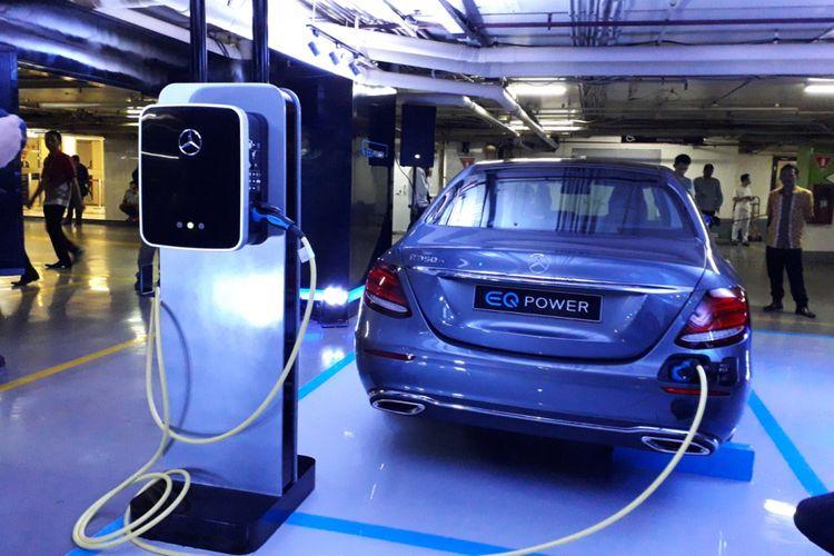Mercedes-Benz Privilege Parking with EQ Power Charging yang di Plaza Indonesia, Jakarta, tepatnya di area parkir P2. Fasilitas pengisian baterai untuk mobil listrik dan mobil ramah lingkungan tersebut disediakan oleh Mercedes Benz Distribution Indonesia khusus untuk pelanggannya mulai Senin (24/9/2018).