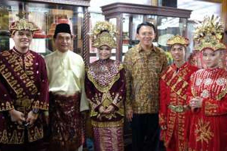 Pendiri Partai Bulan Bintang (PBB) Yusril Ihza Mahendra dan calon gubernur nomor dua, Basuki Tjahaja Purnama alias Ahok saat menghadiri acara Pagelaran Adat dan Seni Budaya Masyarakat Bangka Belitung Tahun 2016 di Anjungan Bangka Belitung, TMII, Jakarta Timur, Minggu (27/11/2016).
