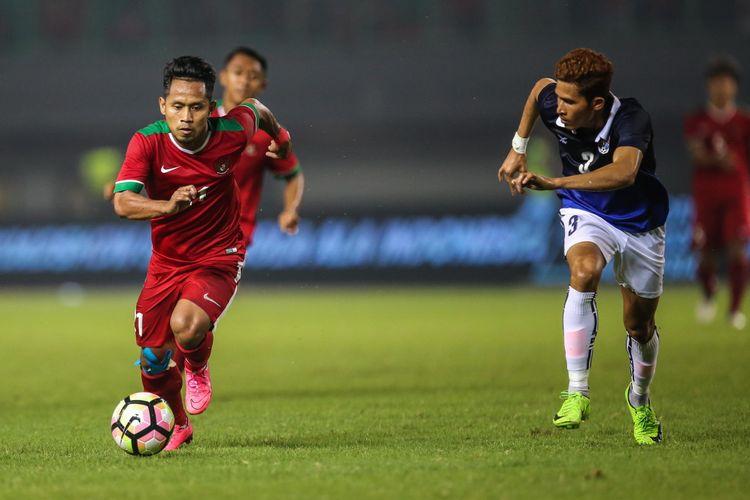 Pemain timnas Indonesia Andik Vermansyah membawa bola dengan dijaga pemain timnas Kamboja di Stadion Patriot Candrabaga, Bekasi, Jawa Barat, Rabu (4/10/2017). Timnas Indonesia menang 3-1 melawan Timnas Kamboja.