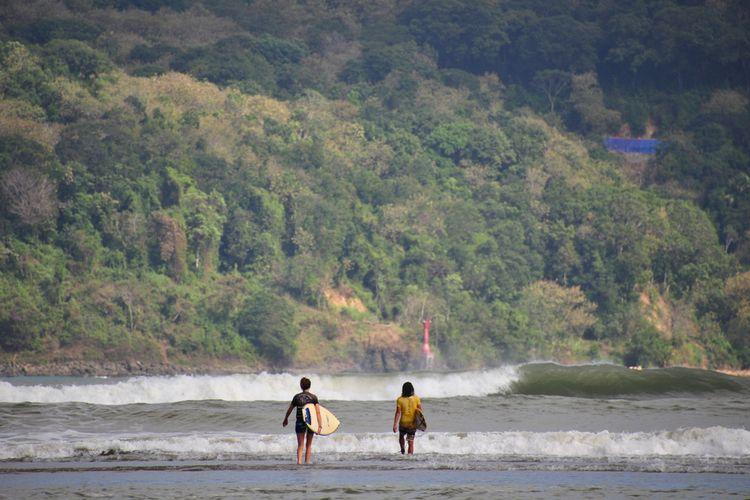 Dua orang peselancar di Pantai Pancer Door, Kabupaten Pacitan, Jawa Timur.