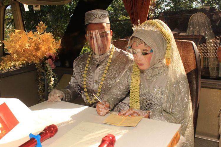 Pasangan Angga Hayu Joko Siswoyo dan Titin Rachmatul Ummah melangsungkan ijab kabul dengan cara yang unik di bus yang sedang melaju.