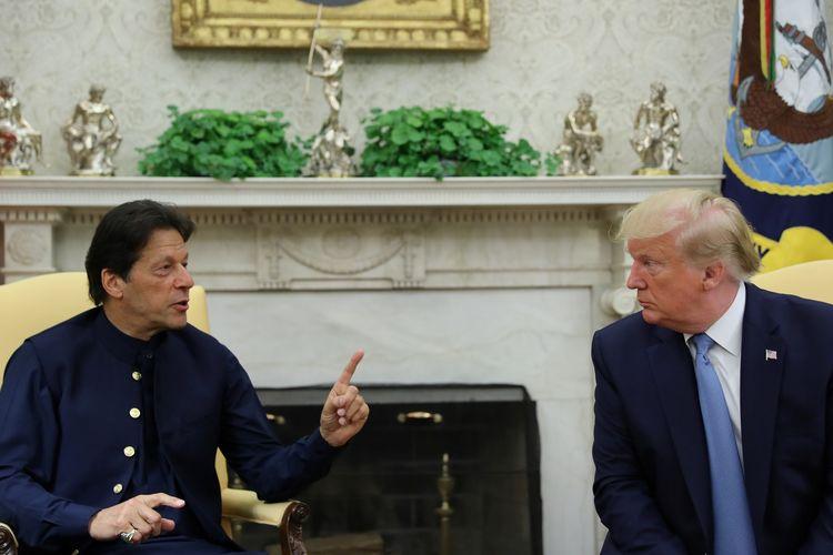 Perdana Menteri Pakistan Imran Khan ketika berbincang dengan Presiden Amerika Serikat Donald Trump di Kantor Oval Gedung Putih, Washington DC, pada 22 Juli 2019.