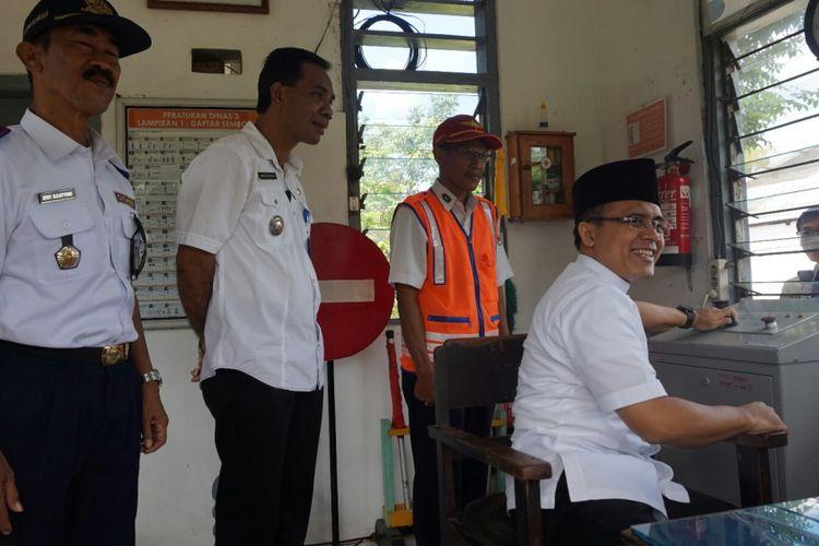 Bupati Banyuwangi Abdullah Azwar Anas saat mengunjungi salah satu pos pelintasan sebidang, Kamis (15/6/2017).