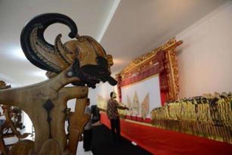 Berbagai ragam wayang dipamerkan dalam acara Wayang for Humanity di Pusat Kebudayaan Koesnadi Hardjasoemantri, UGM, Yogyakarta, Rabu (21/8/2013). Acara untuk menyambut peringatan 10 tahun ditetapkannya wayang sebagai salah satu warisan budaya oleh UNESCO.