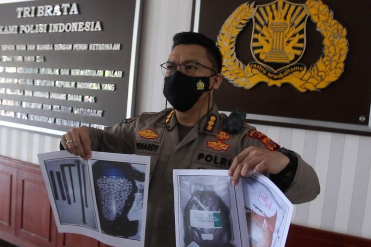 Aceh Regional Police Command spokesman Police Chief Commissioner Winardy show evidence seized during arrests of five suspected militants on Wednesday, (24/1/2021)