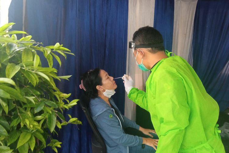 Petugas saat melakukan rapid test antigen kepada warga luar DIY