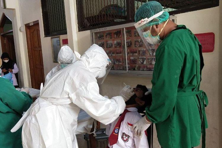 Siswa salah satu SD di Kecamatan Laweyan, Solo, Jawa Tengah di-swab antigen, Senin (27/9/2021).