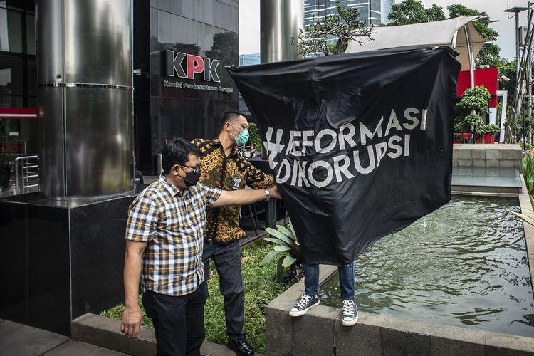 Anggota Koalisi Masyarakat Sipil Antikorupsi berunjuk rasa di depan Gedung Merah Putih KPK, Jakarta, Jumat (7/5/2021). Mereka meminta Ketua KPK Firli Bahuri untuk mengikuti wawasan kebangsaan versi antikorupsi. ANTARA FOTO/Aprillio Akbar/rwa.
