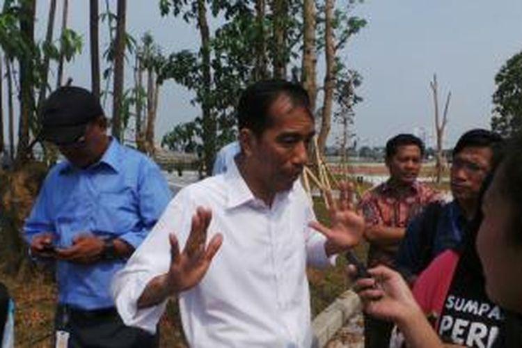 Gubernur DKI Jakarta Joko Widodo meninjau pembangunan ruang terbuka hijau di Waduk Pluit, Penjaringan, Jakarta Utara, Senin (12/8/2013) siang.