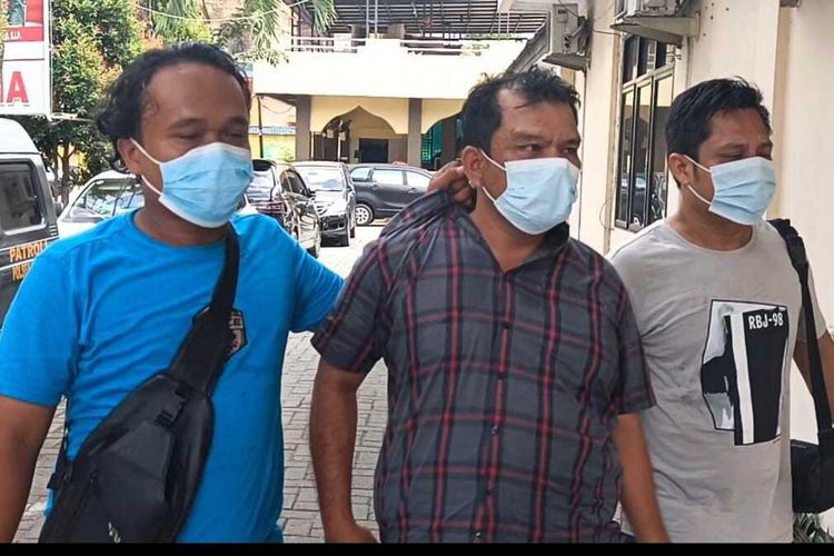 Personel Polsek Medan Timur menggelandang ES yang melakukan pungli kepada penjual di sebuah kios di Jalan Rakyat, Kelurahan Sidorame, Kecamatan Medan Timur pada Kamis (23/9/2021). Pelaku ditangkap setelah videonya viral di media sosial dan tersebar di aplikasi percakapan WhatsApp.