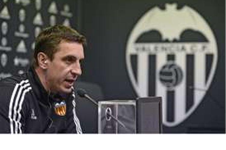 Pelatih Valencia asal Inggris, Gary Neville, berbicara dalam jumpa pers di Sports City, Valencia, Selasa (2/2/2016).