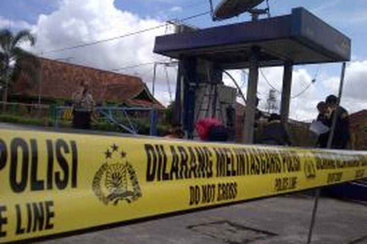 Polisi lakukan Olah TKP dalam ledakan di sebuah ATM Mandiri di Karangploso, Kabupaten Malang, Jawa Timur.Kamis (9/1/2014).