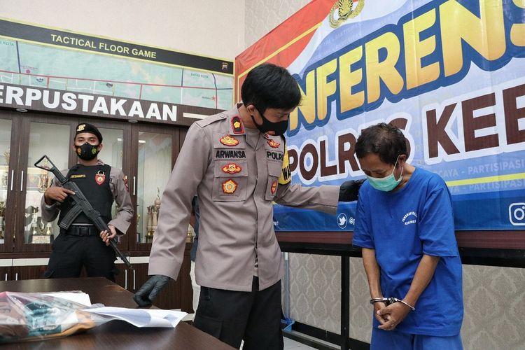 Waka Polres Kebumen, Kompol Arwansa menginterogasi SL (44), dukun cabul asal Desa Wadasmalang, Kecamatan Karangsambung, Minggu (21/3/2021).