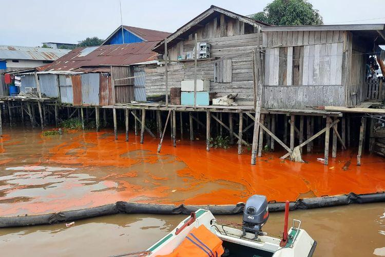 Perairan Sungai Mahakam yang tercemar minyak kelapa sawit akibat tenggelam kapal SPOB (self propelled oil barge) Mulia Mandiri di perairan Simpang Pasir, Palaran, Samarinda, Kalimantan Timur, Sabtu (10/4/2021).