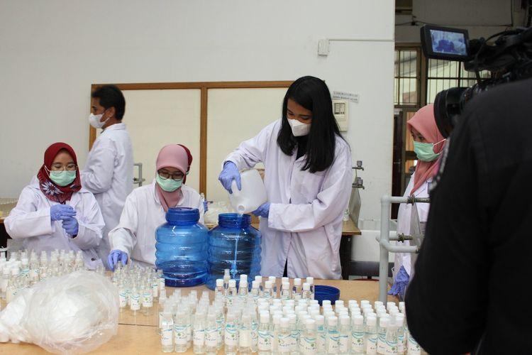 Di tengah pandemi Covid-19, Tim Pengabdian Masyarakat Departemen Kimia Kedokteran, Fakultas Kedokteran Universitas Indonesia (FK UI) tengah membuat produk hand sanitizer dalam jumlah banyak untuk dibagikan kepada rumah sakit hingga sekolah.