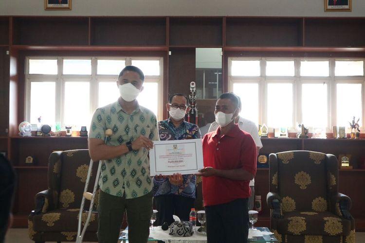 Pelaksana Tugas (Plt) Bupati Bandung Barat,Hengky Kurniawan menyerahkan dana bantuan dari Pemerintah Kabupaten Bandung Barat untuk membantu Usaha Mikro Kecil Menengah (UMKM).