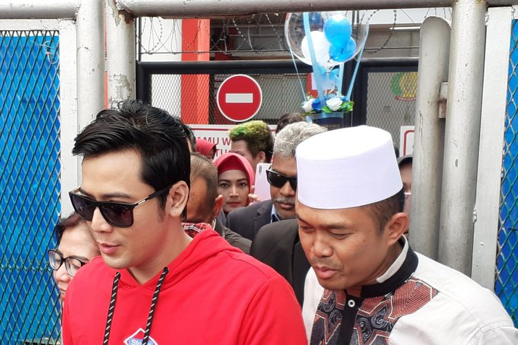Kriss Hatta didampingi kerabat keluar dari LP Cipinang, Jakarta Timur, Minggu (22/12/2019).(KOMPAS.com/ANDIKA ADITIA)