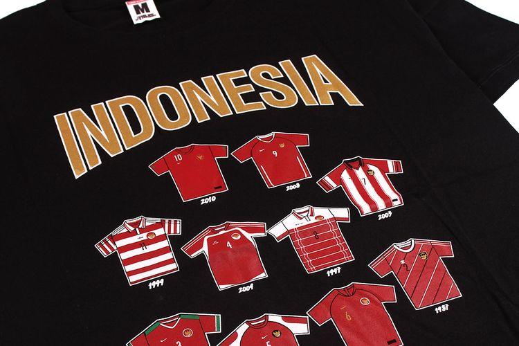 Salah satu kaos dari Hooligans yang menunjukkan sejumlah edisi jersey timnas Indonesia dari tahun ke tahun.
