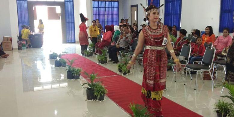 Lomba peragaan busana adat NTT digelar di aula BPJN X Kupang, Sabtu (27/4/2019).