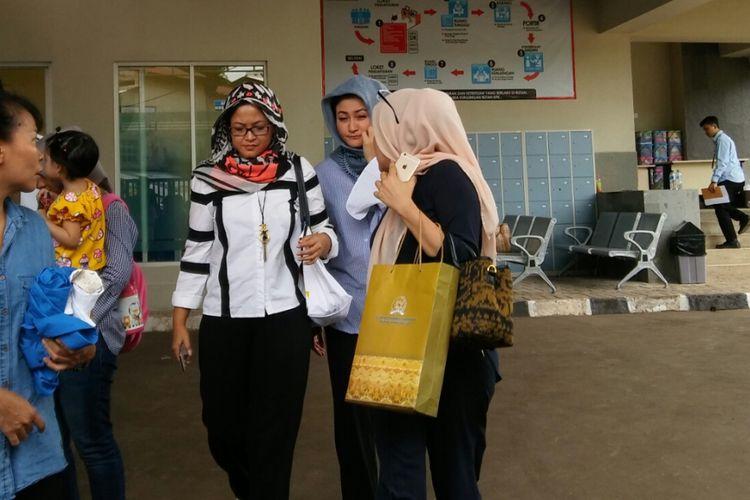 Istri Ketua DPR Setya Novanto, Deisti Astiani Tagor (kerudung abu-abu), menjenguk suaminya yang ditahan di Rutan Negara Klas 1 Jakarta Timur atau Rutan baru KPK, di Kuningan, Jakarta, Kamis (23/11/2017).