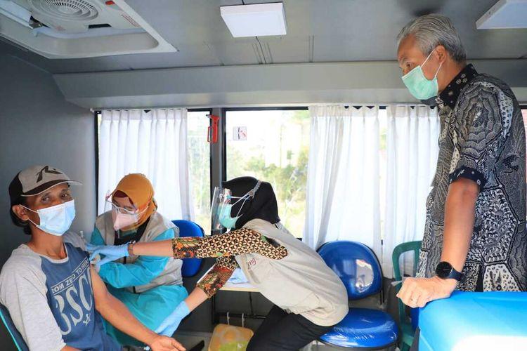 Gubernur Jateng Ganjar Pranowo saat meninjau bus vaksinasi di kawasan Candi Borobudur Magelang, 8/9/2021).