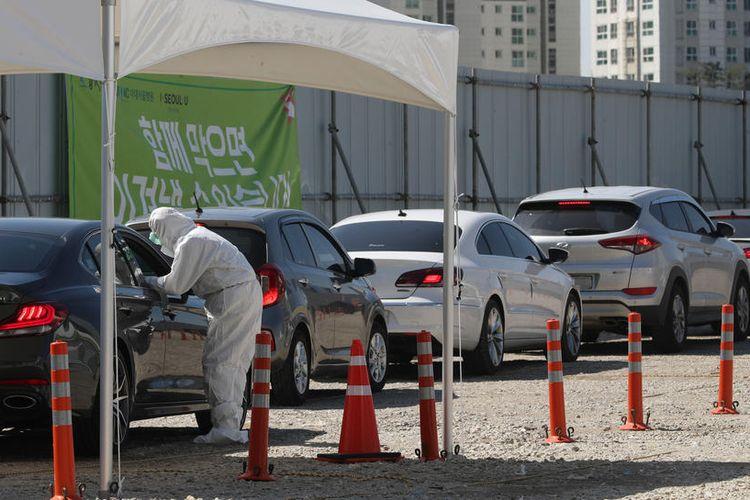 Antrean para pengendara mobil yang melakukan tes virus corona drive-thru di Seoul, Korea Selatan, Senin (16/3/2020).