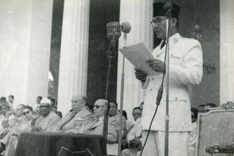 Presiden Soekarno menyampaikan pidato kenegaraan pada peringatan 5 tahun kemerdekaan RI di halaman Istana Merdeka pada 17 Agustus 1950.