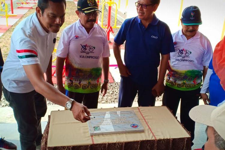 Peresmian alat fitner outdoor bantuan dari Kemenpora oleh Deputi Bidang Pembudayaan Olahraga Kemenpora RI Raden Isnanta dan Bupati Kulon Progo, Minggu (24/11/2019).