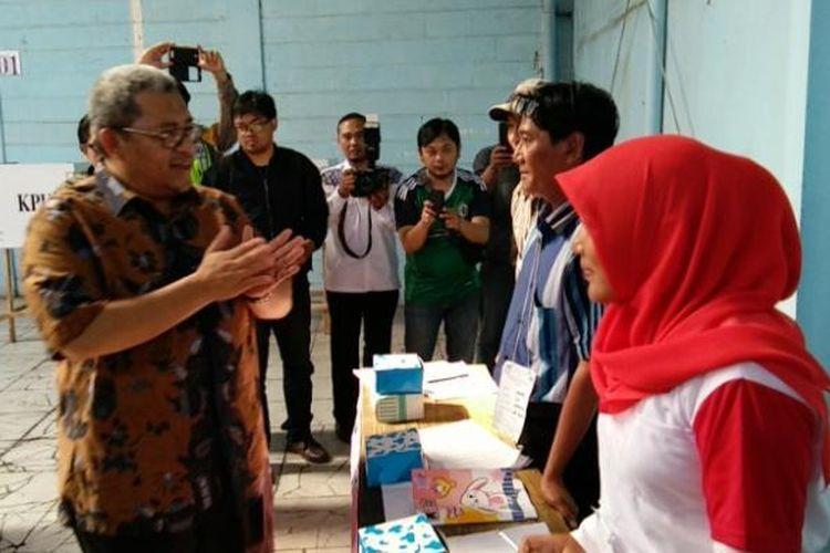 Gubernur Jabar Ahmad Heryawan saat memantau proses pemungutan suara di daerah Cimahi, Rabu (15/2/2017). KOMPAS.com/DENDI RAMDHANI