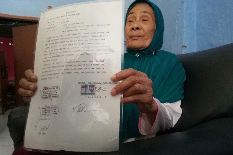 Cicih (78) tengah memperlihatkan surat waris dari suaminya, Rabu (21/2/2018)