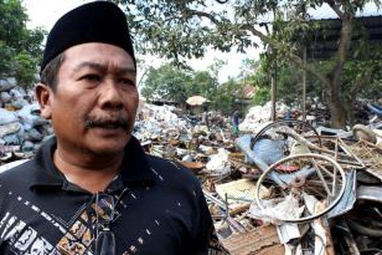 H. Kusyono, (berpeci), adalah mantan petugas Polres Cirebon, yang pensiun dini, dan berhasil menjadi bos rongsok beromset milyaran rupiah. Ia adalah satu dari puluhan pengusaha rongsok yang sukses di sekitar Kecamatan Panguragan, Kabupaten Cirebon