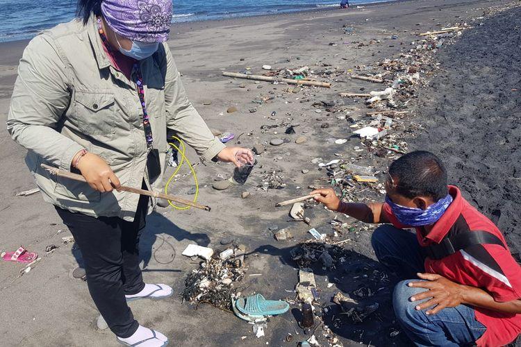 Tumpahan minyak ditemukan di sepanjang Pantai Saba menuju Pantai Purnama, Kabupaten Gianyar, Bali.
