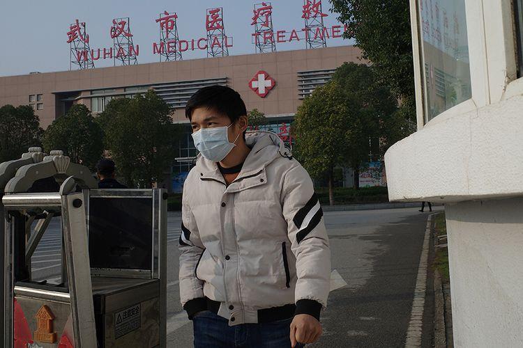 Seorang pria berjalan meninggalkan Wuhan Medical Treatment Centre, tempat di mana seorang pria meninggal karena dugaan penyakit pernapasan yang misterius, di Kota Wuhan, China, Minggu (12/1/2020). Virus misterius mirip pneumonia telah menjangkiti puluhan orang dan menelan korban jiwa kedua di China, menurut pemerintah setempat.