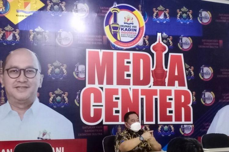 Ketua umum Kadin Sultra, Anton Timbang saat menyampaikan kesiapan pelaksanaan Munas Kadin di Kendari. (KIKI ANDI PATI/ kompas.com)