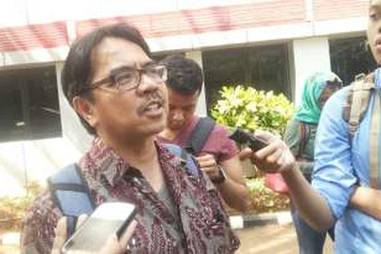 Dosen Universitas Indonesia, Ade Armando saat memenuhi panggilan polisi di Mapolda Metro Jaya pada Kamis (23/6/2016)