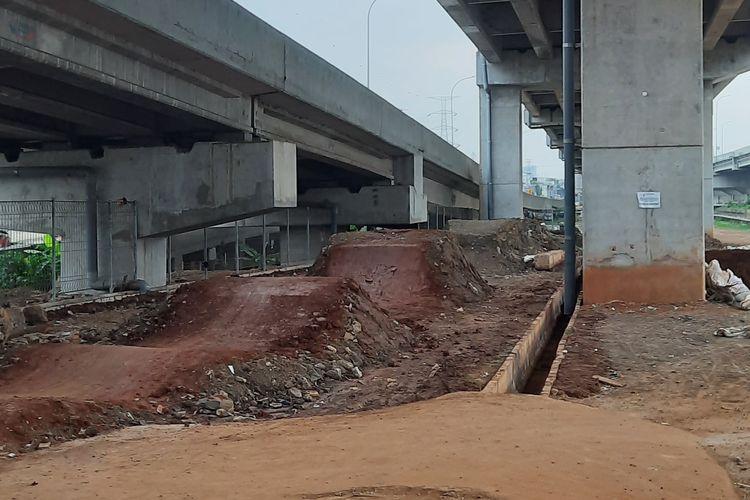 Kondisi lintasan sepeda Pilar Jati Bike Park, Cipinang Melayu, Jakarta Timur, yang masih belum selesai, Selasa (10/11/2020).