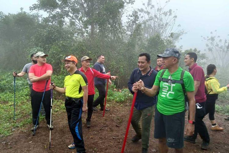 Menteri Dalam Negeri Tito Karnavian melakukan pendakian di  puncak Gunung Siwang di Kecamatan Nusaniwe Ambon, Jumat (24/7/2020), dalam kesempaatan itu Tito ikut menikmati secangkir kopi dan kelapa muda di puncak tersebut