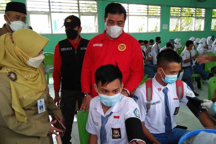 Plt kepala Dinas Kesehatan Gresik Mukhibatul Khusnah (kiri) saat mendampingi Kabinda Jawa Timur Marsma TNI Rudy Iskandar, meninjau vaksinasi yang dilaksanakan BIN Jawa Timur di SMA Negeri 1 Cerme, Senin (13/9/2021).