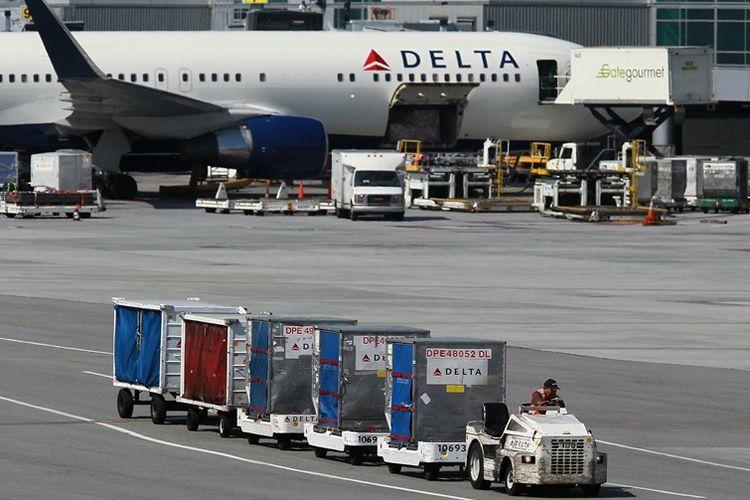 Pesawat milik maskapai Delta Air Lines terparkir di bandara San Fransisco.