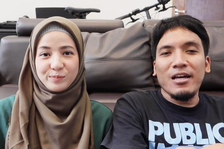 Natasha Rizky dan Desta menjawab pertanyaan netizen. (Bidikan layar YouTube Desta Natasha Family).