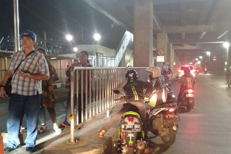 Ojek online menunggu penumpang di dekat stasiun MRT Lebak Bulus, Kamis (29/8/2019)