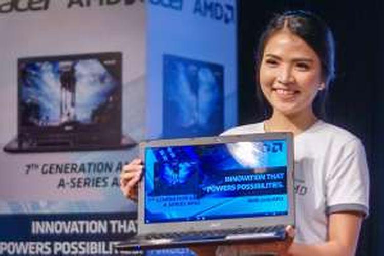 Model memamerkan laptop Acer E5-553G dalam acara peluncuran di Jakarta, Senin (20/6/2016)