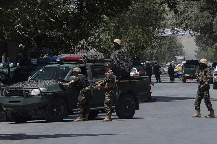 Anggota the National Directorate of Security (NDS) mengawasi lokasi ledakan bom bunuh diri di dekat Kedutaan Besar Irak di Kabul, Afganistan, Senin (31/7/2017).