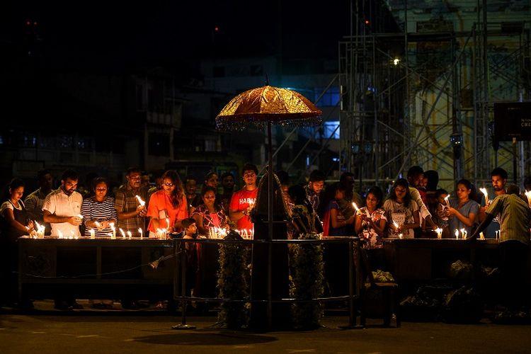 Umat Katolik Sri Lanka berdoa di gereja St Anthony setelah dibuka sebagian untuk pertama kalinya sejak serangan Minggu Paskah di Kolombo pada 7 Mei 2019. (AFP/ISHARA S. KODIKARA)