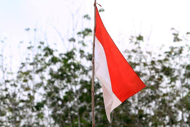Bendera merah putih berkibar di kawasan perbatasan Indonesia - Malaysia di Kecamatan Badau, Kabupaten Kapuas Hulu, Kalimantan Barat, Jumat (11/9/2020). Selama menjalankan tugas menjaga perbatasan RI-Malaysia, Yonif 133/Yudha Sakti telah berhasil menggagalkan 19 kasus penyelundupan barang-barang dari negeri jiran, 98 kasus pekerja migran ilegal dan menerima 45 senjata rakitan dari masyarakat perbatasan.