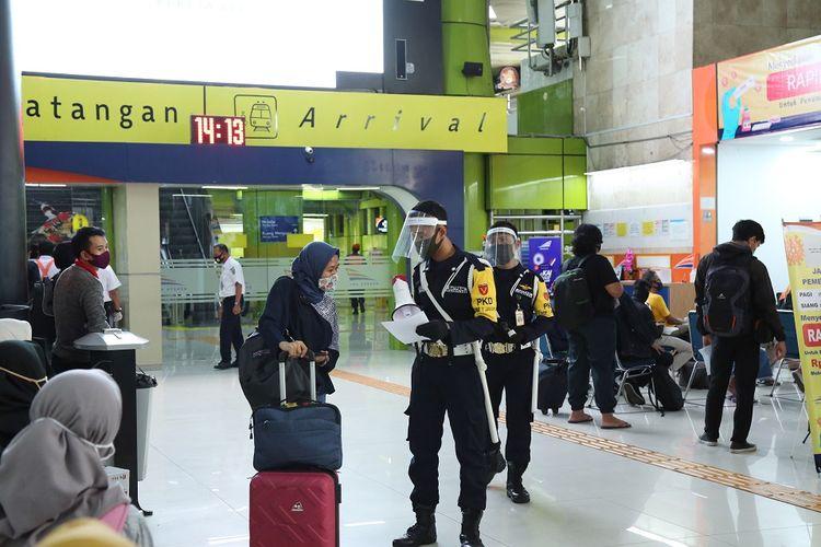 Penumpang kereta api di Stasiun Gambir, Jakarta Pusat.