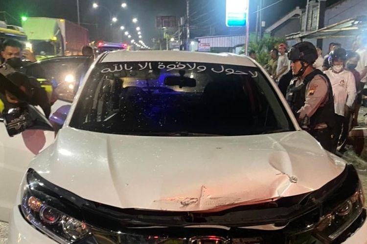 Polisi menggeledah mobil ZR (33) salah satu pelaku teror putri Bupati Brebes, Idza Priyanti yang tertangkap di lampu merah Terminal Bus Kota Tegal, Minggu (18/4/2021) malam. (Istimewa)