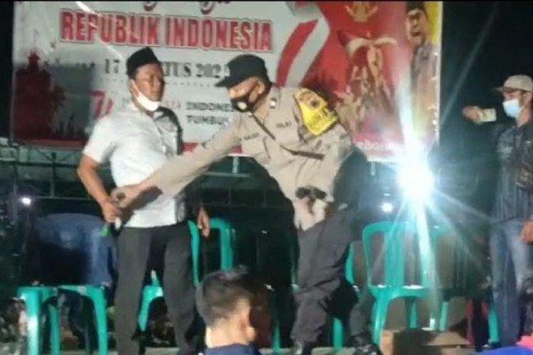 Petugas Polsek Pegandon membubarkan warga Desa Kebonagung, Kecamatan Ngampel, Kabupaten Kendal yang nekat menggelar tasyakuran HUT RI dengan panggung hiburan dangdutan, Selasa (17/8/2021) malam.