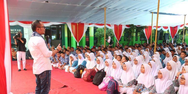 Menteri Ketenagakerjaan (Menaker) M. Hanif Dhakiri memotivasi siswa-siswi SMK untuk tidak takut menghadapi persaingan di era revolusi industri 4.0. Hal ini Menaker lakukan di SMK Karya Guna 1 Bekasi, Jawa Barat, Kamis (21/3/2019).